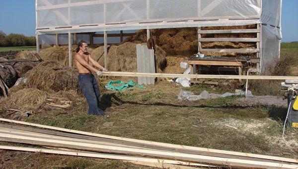 Андрей Власов на стройке сенника для коз